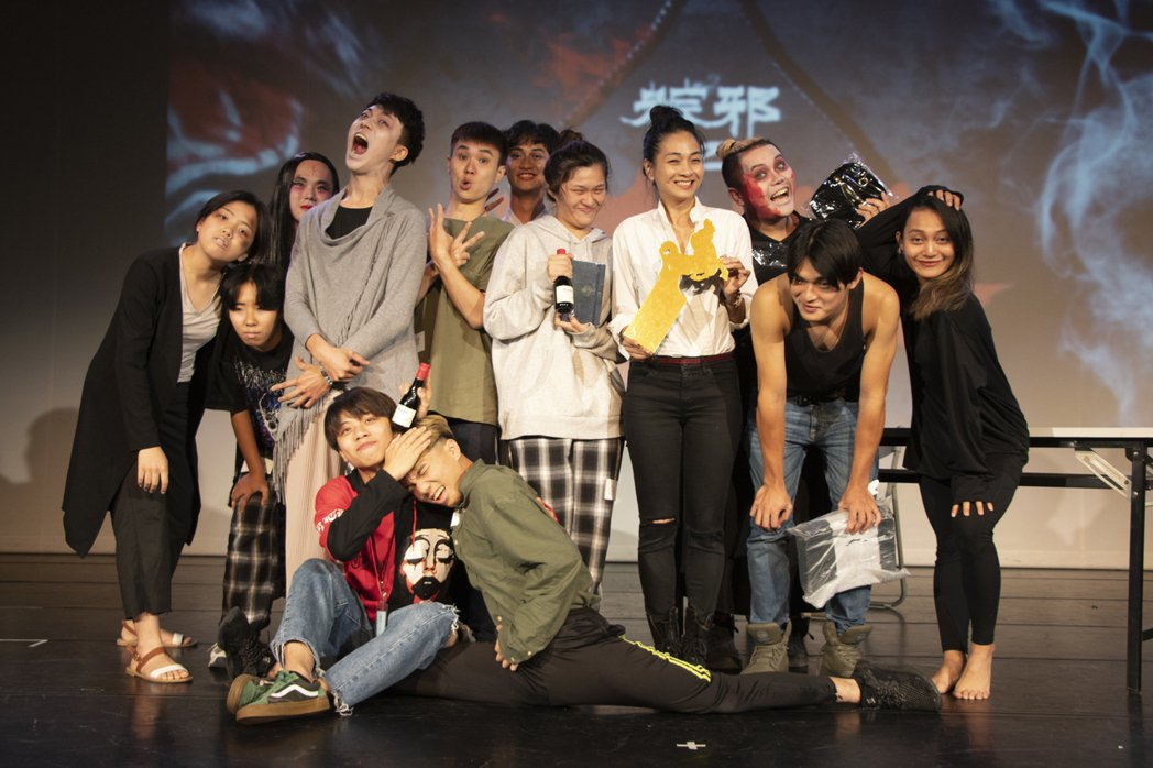 入圍金馬女配角的陳雪甄(右四白衣),被一群學生包圍,拿著他們獻上的特製「金馬獎」...