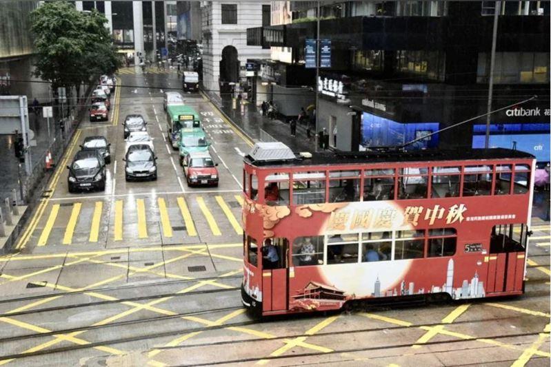 香港1日當地民眾發起聚眾示威,有網媒記者被香港警方發出限聚令告票(罰單)。圖/中新社