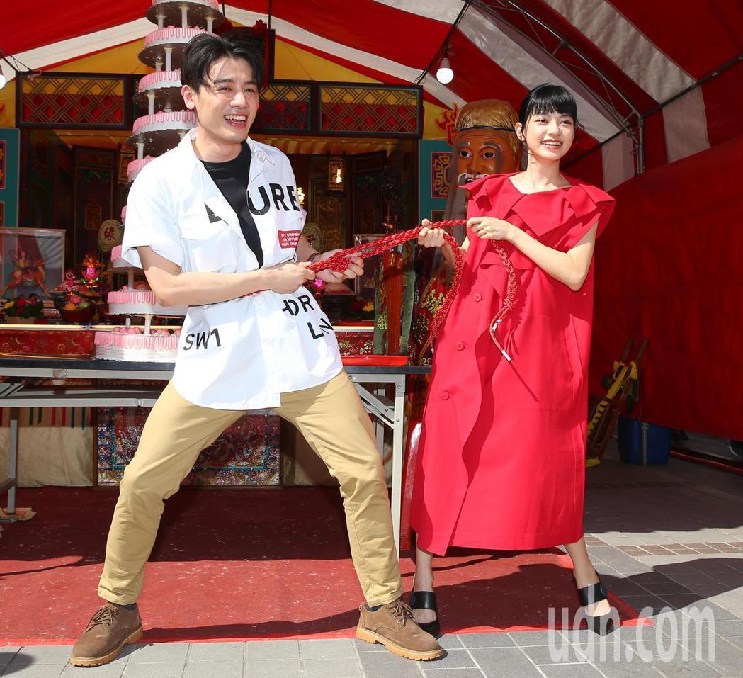 邱志宇(左)、姚愛寗拉紅線宣傳「戀愛好好說」。記者林澔一/攝影