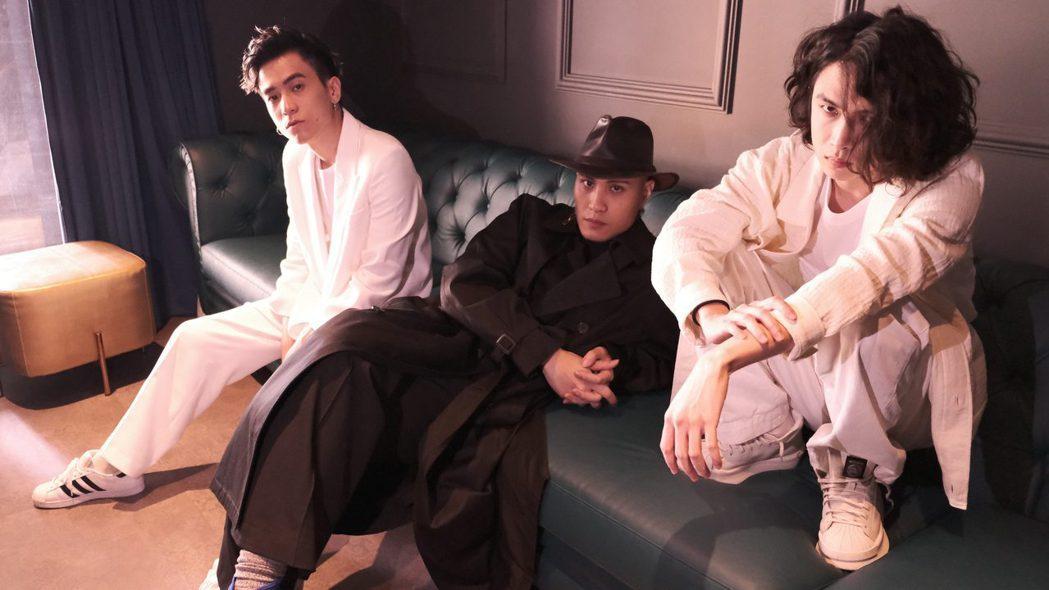 嘟嘟(左起)、黃宣和AJ合作新歌「Last Animals」,笑喊找到同類。圖/