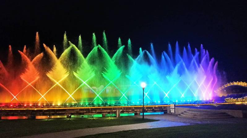 桃園市大溪慈湖雕塑公園水舞秀昨晚登場,如夢似幻。圖/桃園市觀光旅遊局提供