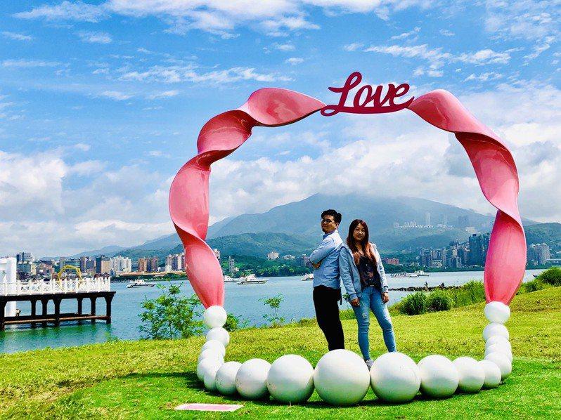 新北市新戀愛地標八里結婚廣場草地上的珍珠項鍊「珍愛一世」,以山海見證戀人的山盟海誓。圖/新北市高灘地管理處提供