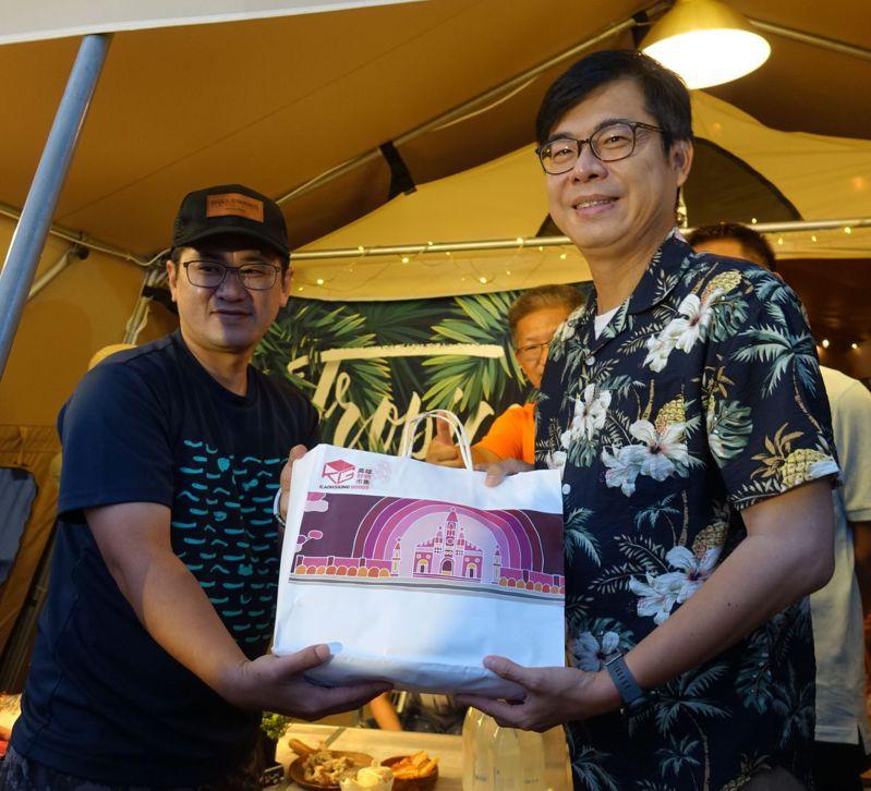高雄市長陳其邁(右)送小禮物給入住旗津豪華露營帳的遊客。記者楊濡嘉/攝影