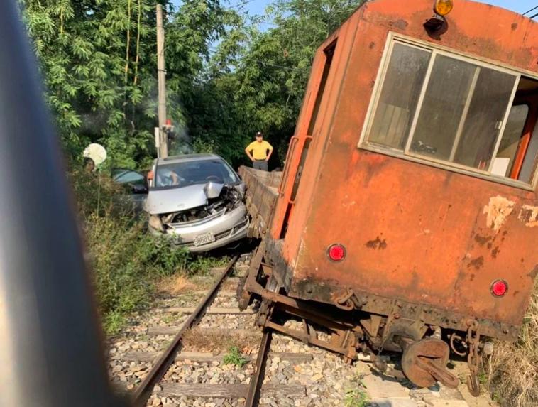 曾姓女子去年11月開車入阿里山林業鐵路20號平交道,與列車發生碰撞。圖/阿里山林鐵處提供