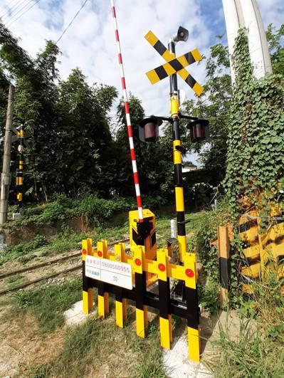 阿里山林業鐵路20號平交道去年發生闖平交道事故,今年加裝閃光燈、遮斷器等設備。圖/阿里山林鐵處提供