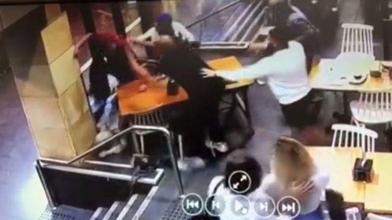 男子洛吉納(中黑衣者)攻擊穆斯林孕婦。(取自BBC)