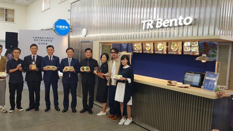 全台第1家台鐵便當概念店昨天在新竹火車站開賣,台灣設計展期間限量販售鹹香、醬香、花香3款新竹風味便當。記者黃瑞典/攝影