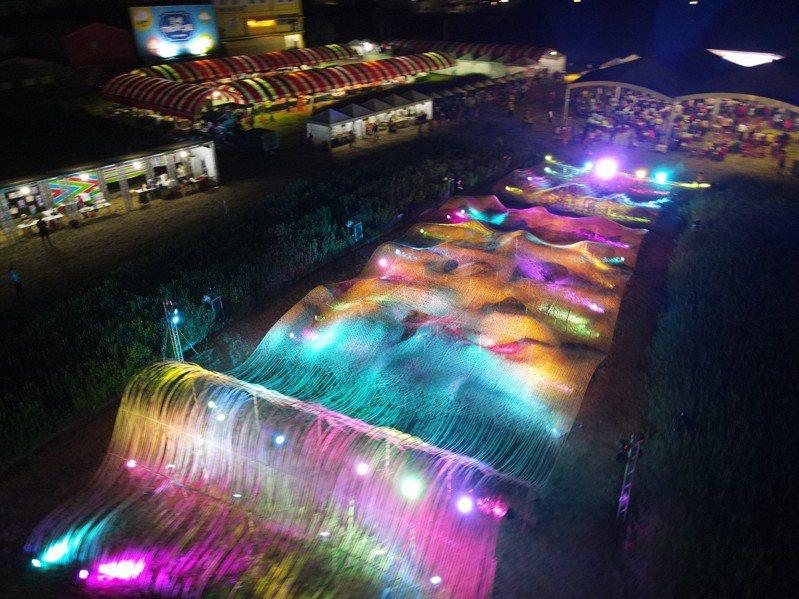 藝術家打造世界最大的竹編毛巾,白天和晚上各有不同的光影變化。記者蔡維斌/翻攝