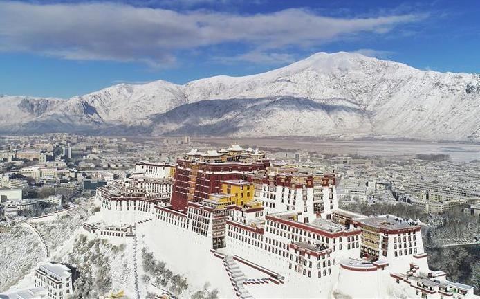 有網友離職去西藏壯遊一年,但多年後卻看到朋友po文「什麼都沒變」,於是他好奇,當年去壯遊的人,人生是否有因此而改變。圖為西藏拉薩市。 新華網