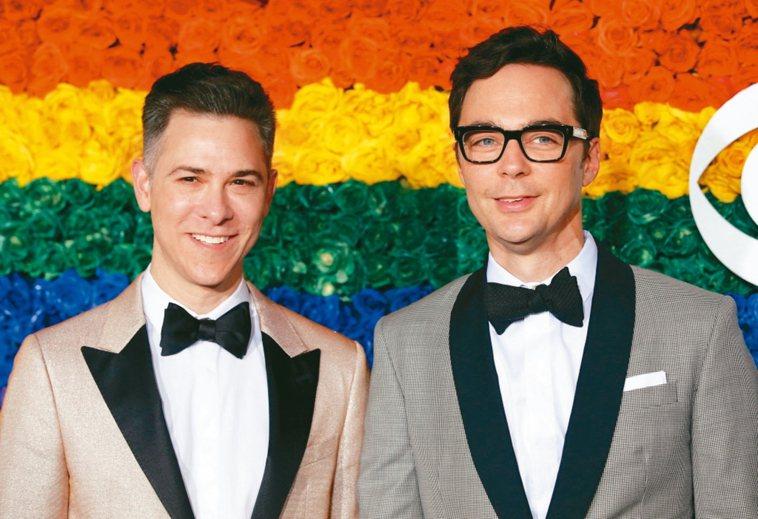 「宅男行不行」視帝吉姆帕森斯(右)與丈夫陶德,今年3月中都已感染新冠肺炎。 路透...