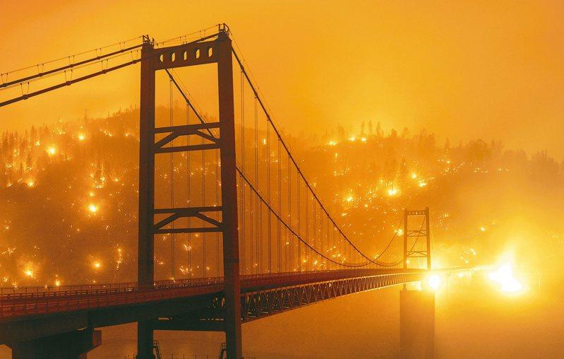 加州的比德韋爾巴大橋橫跨奧羅維爾湖的兩岸,橋對岸的山頭滿是野火。 (美聯社資料照)