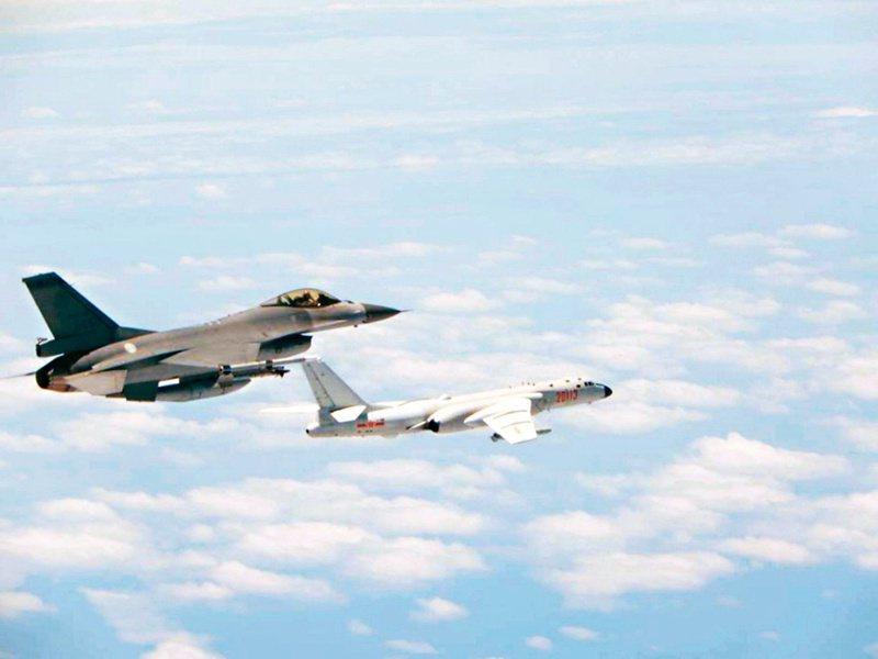 近日台海情勢緊張,空軍戰機天天升空監控中共軍機。圖為我空軍16戰機(左)監控繞台共機。 圖/國防部提供