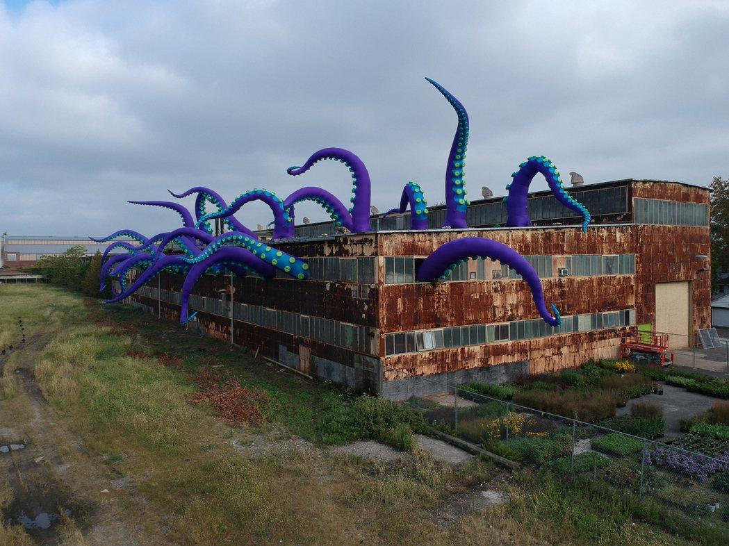 英國藝術家Filthy Luker的作品〈章魚入侵〉將於臺北白晝之夜佔領停車場。...