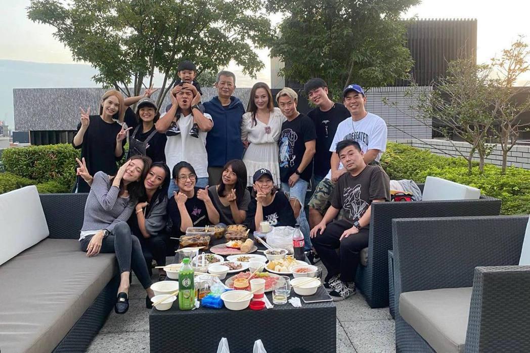 海裕芬曝光與小鬼家人及藝界好友的中秋聚會。圖/擷自臉書