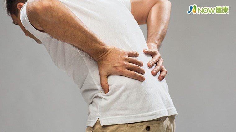 ▲部分男性擔心攝護腺肥大長期服藥「傷腎」影響性功能,醫師提醒尿路不順反而阻礙「性...