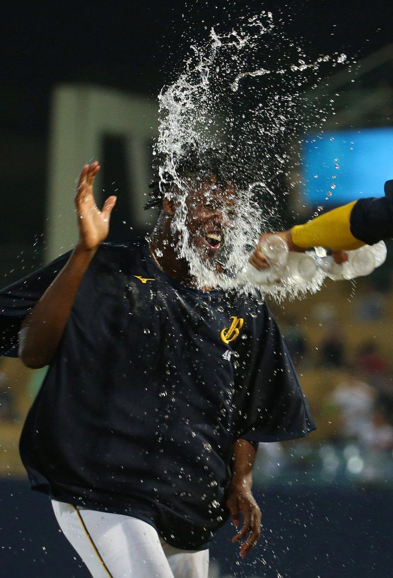 中信兄弟終場以以 7 : 0 擊敗富邦悍將,先發投手德保拉接受隊友的慶賀。 記者林澔一/攝影