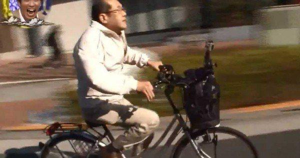 日本股票投資家桐谷廣人,騎著自行車,整日靠著優待券生活。(圖/翻攝自網易新聞)