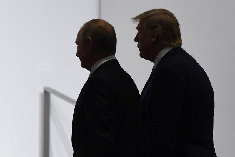 圖為川普(右)去年6月在日本與俄羅斯總統普亭(左)出席G20峰會。(美聯社) 美聯社