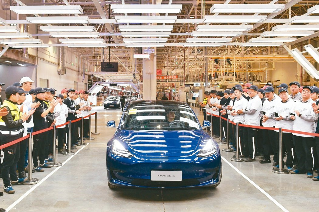 大陸製特斯拉Model 3降價8%。圖為大陸國產特斯拉出廠情形。 本報系資料庫