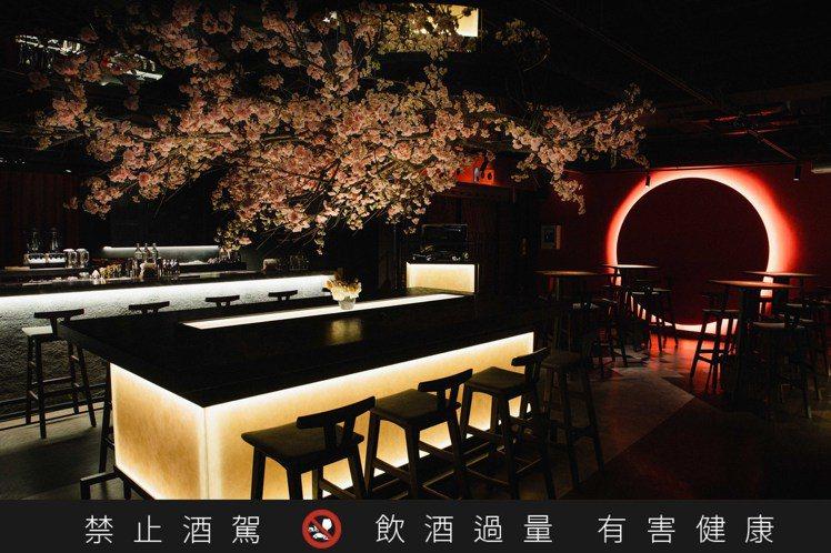 有超美型櫻花背景的Bar Weekend,茶風味調酒變化多端。圖 / 信義幹線提...
