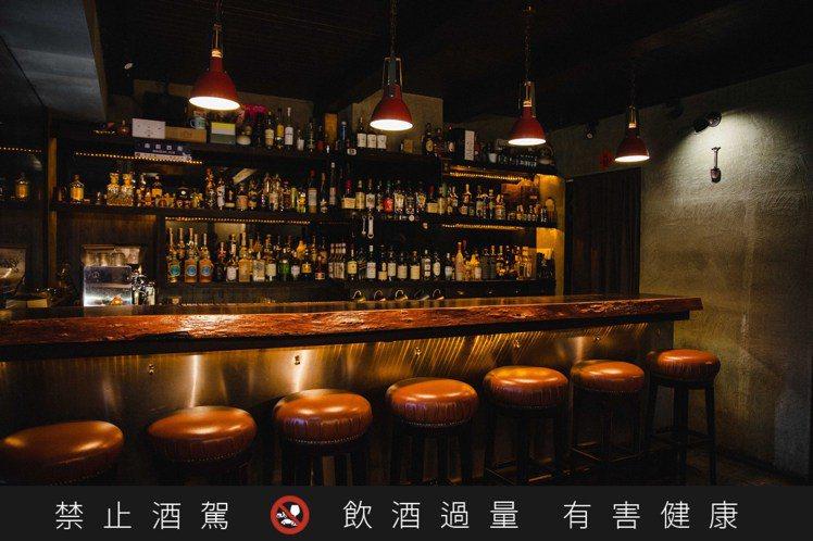 原木吧台、空間小巧的「Digout」,牆面上的小鏟子,是心理系畢業的調酒師Way...