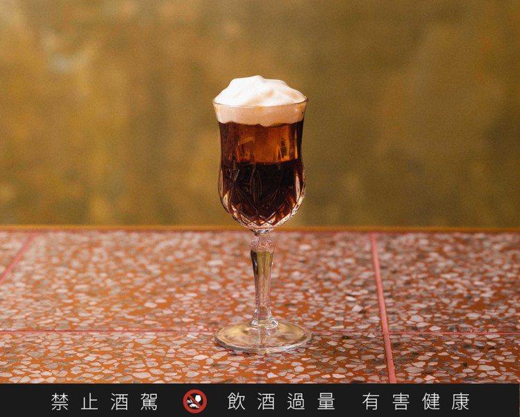 由「丘香」調製的「醇在咖啡館」,以清酒「自然香」為基底,杯面白色慕斯則由鐵觀音茶...