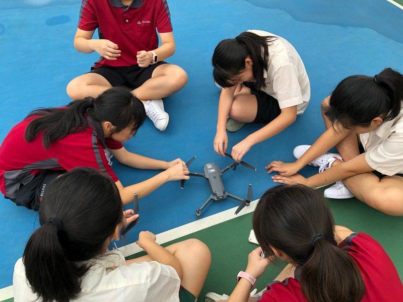空拍機校園夯基女空拍社開課,女學生學得不亦樂乎。圖/基隆女中提供