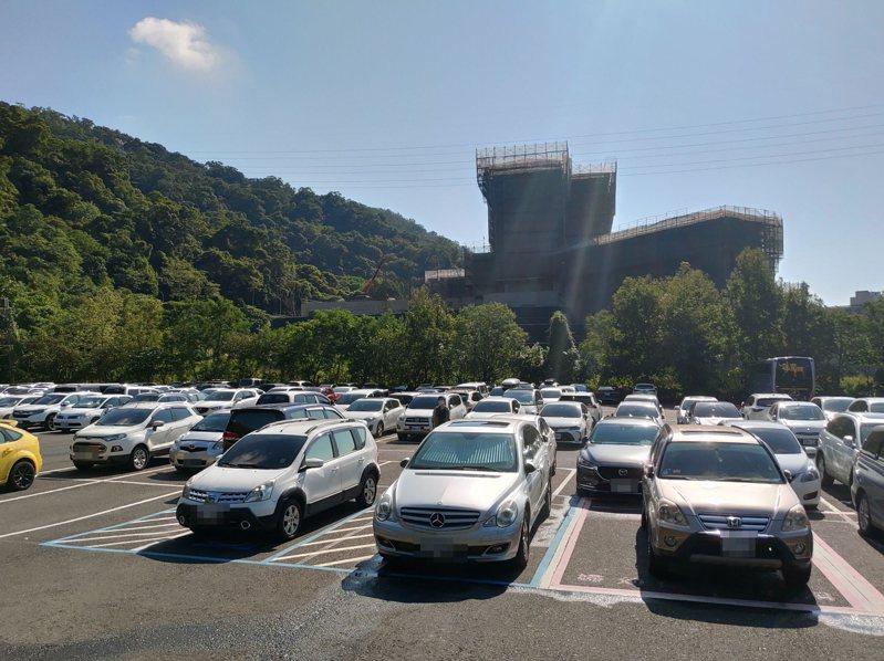 宜蘭抹茶山遊客爆量,五峰旗風景區停車場一早就客滿,只能一出一進。圖/宜蘭縣政府提供