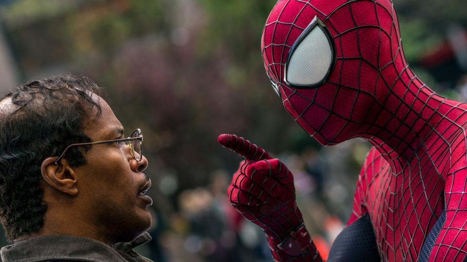 傑米福克斯(左)之前在安德魯加菲(右)主演的「蜘蛛人驚奇再起2:電光之戰」亮相。...
