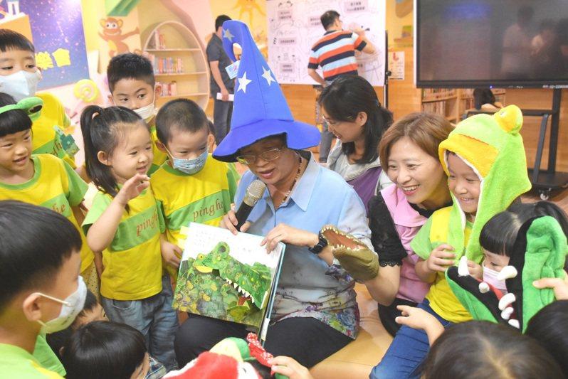 彰化縣文化局鼓勵申辦借書證,不分老幼親子來共讀。圖/縣政府提供
