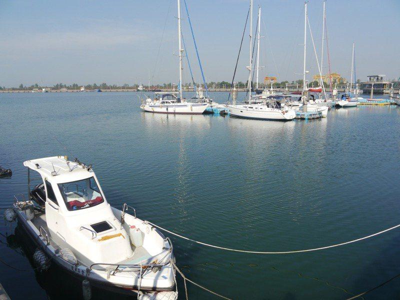 國內除龍洞、布袋、大鵬灣、後壁湖是專屬遊艇港,其餘大多與漁港共用,但漁船與遊艇的進出動線、設備需求都不同,圖為高雄興達港附近的休閒遊艇停靠區。圖/聯合報系資料照片