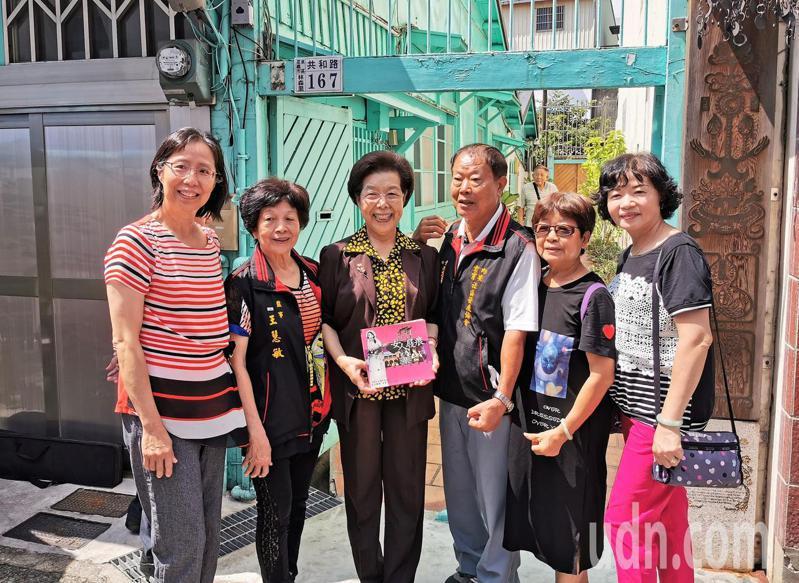 張博雅(左三)在「許世賢故居」前,許多遊客爭相邀請合照。記者卜敏正/攝影