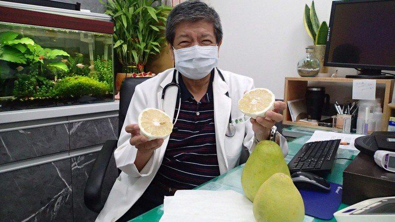 柚子是中秋應景水果,不過彰化縣員林市宏仁醫院家醫科醫師曹世達提醒民眾,不只柚子,包括葡萄柚汁,最好都不要與降高血壓、降血脂藥物混用,否則可能造成血壓過低,藥效太重導致身體無法負荷。圖/宏仁醫院提供