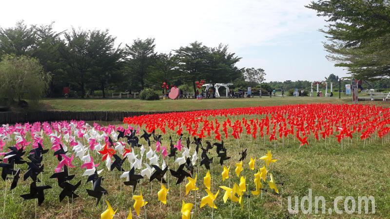 台南市政府經營的柳營德元埤荷蘭村,配合十月雙連假舉辦「風車節」到25日,園區可見許多荷蘭意象。記者周宗禎/攝影