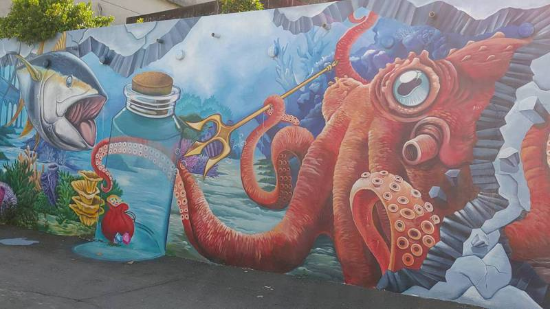 高雄林園汕尾漁港附近的彩繪壁面。圖/高市府海洋局提供