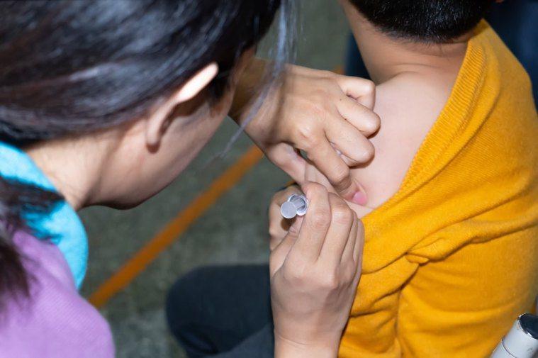 公費流感疫苗將在5日開時施打,符合條件的民眾應儘速接種。圖/東元醫院提供