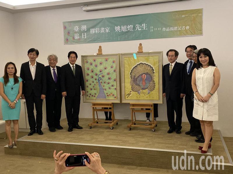 旅日膠彩大師姚旭燈(右四)捐贈畫作給台南市美術館,副總統賴清德(左四)、台南市長黃偉哲(右三)今天出席見證。記者鄭維真/攝影