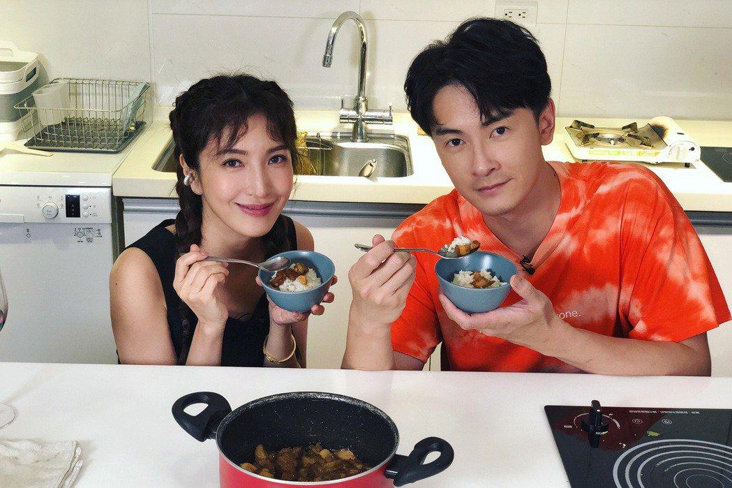 楊謹華(左)、鄭元暢成功做出滷肉飯。圖/M.I.E.最大國際娛樂提供
