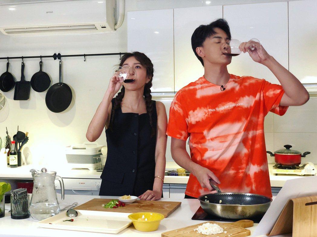 楊謹華(左)、鄭元暢邊做菜邊喝紅酒。圖/M.I.E.最大國際娛樂提供  ※ 提醒...