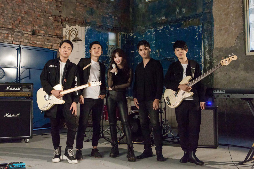 新歌「謝謝你在我身旁」MV中王欣晨(左3)帶live band拍攝,打趣拍MV、...