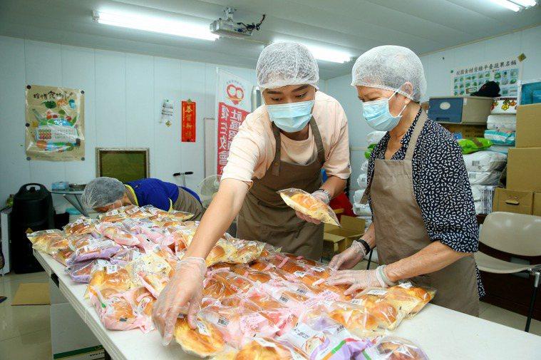 據點課程後,參與食物銀行志工,服務他人。 記者余承翰/攝影