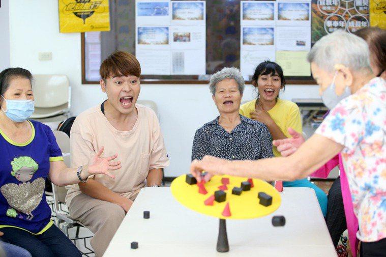 YouTuber又仁(左二)與美枝阿姨(左三) 開心玩遊戲 。 記者余承翰/攝...