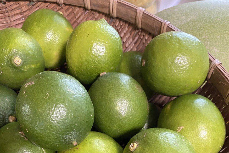 有機檸檬削下皮,烘乾後磨成粉,仍充滿檸檬的芳香,烹調使用很方便。左圖為使用廚房料...