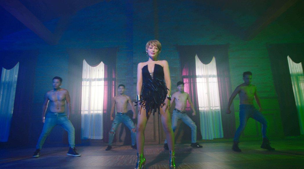李沛綾在新歌「GOGO女王」中首次挑戰唱跳,更大方秀出傲人事業線及曼妙身材。圖/...