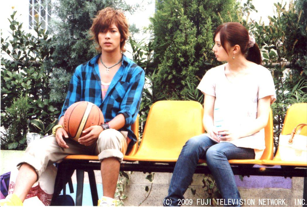 山下智久(左)與北川景子私下是同校學長學妹關係,在「零秒出手」中首度合作。圖/八