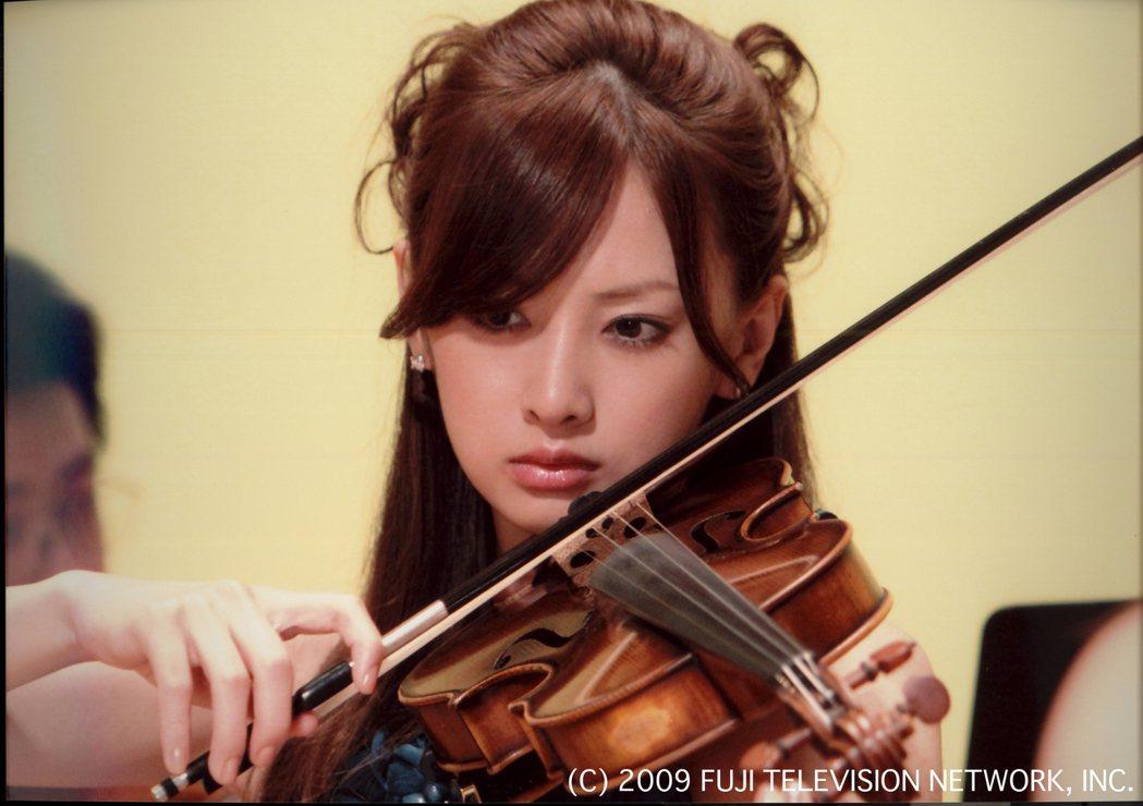 北川景子在「零秒出手」劇中飾演小提琴家。圖/八大電視提供