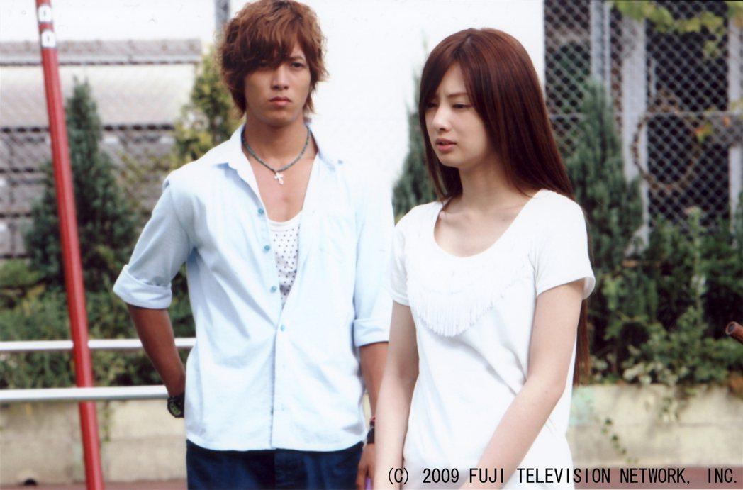 山下智久(左)與北川景子私下是同校學長學妹關係,在「零秒出手」中首度合作。圖/八...