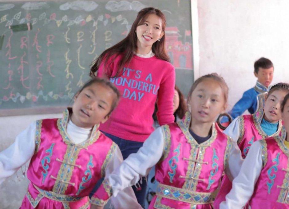 林志玲去年在內蒙古和小朋友合唱「我和我的祖國」,近日被捲入爭議話題。圖/摘自微博