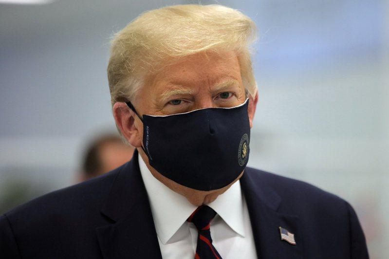 美國總統川普7月27日訪問Fujifilm生技研發中心時,難得有乖乖戴上口罩。但他還是確診了新冠病毒。  路透