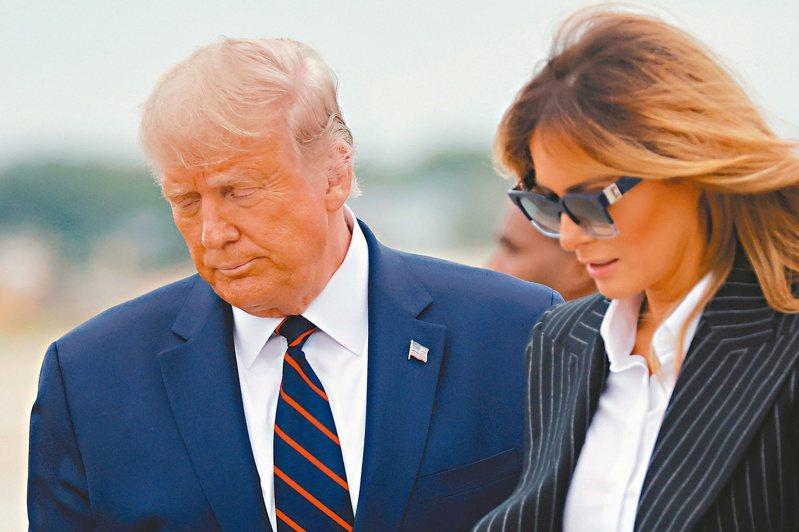 美國總統川普(左)和第一夫人梅蘭妮亞雙雙確認感染新冠病毒。 (路透)